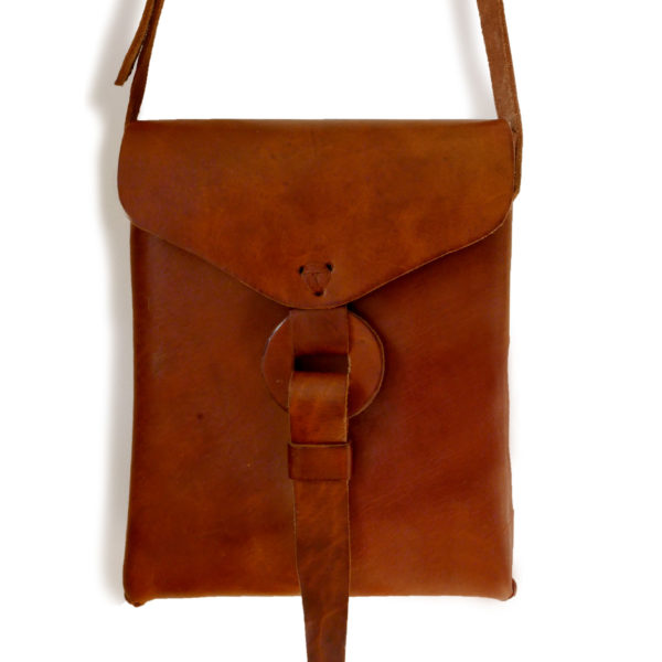 Leather Messenger Bag - www.nidocollective.com #leatherenvelope #leathercrossbodybag #ethicalaccessories #musthavecrossbodybag