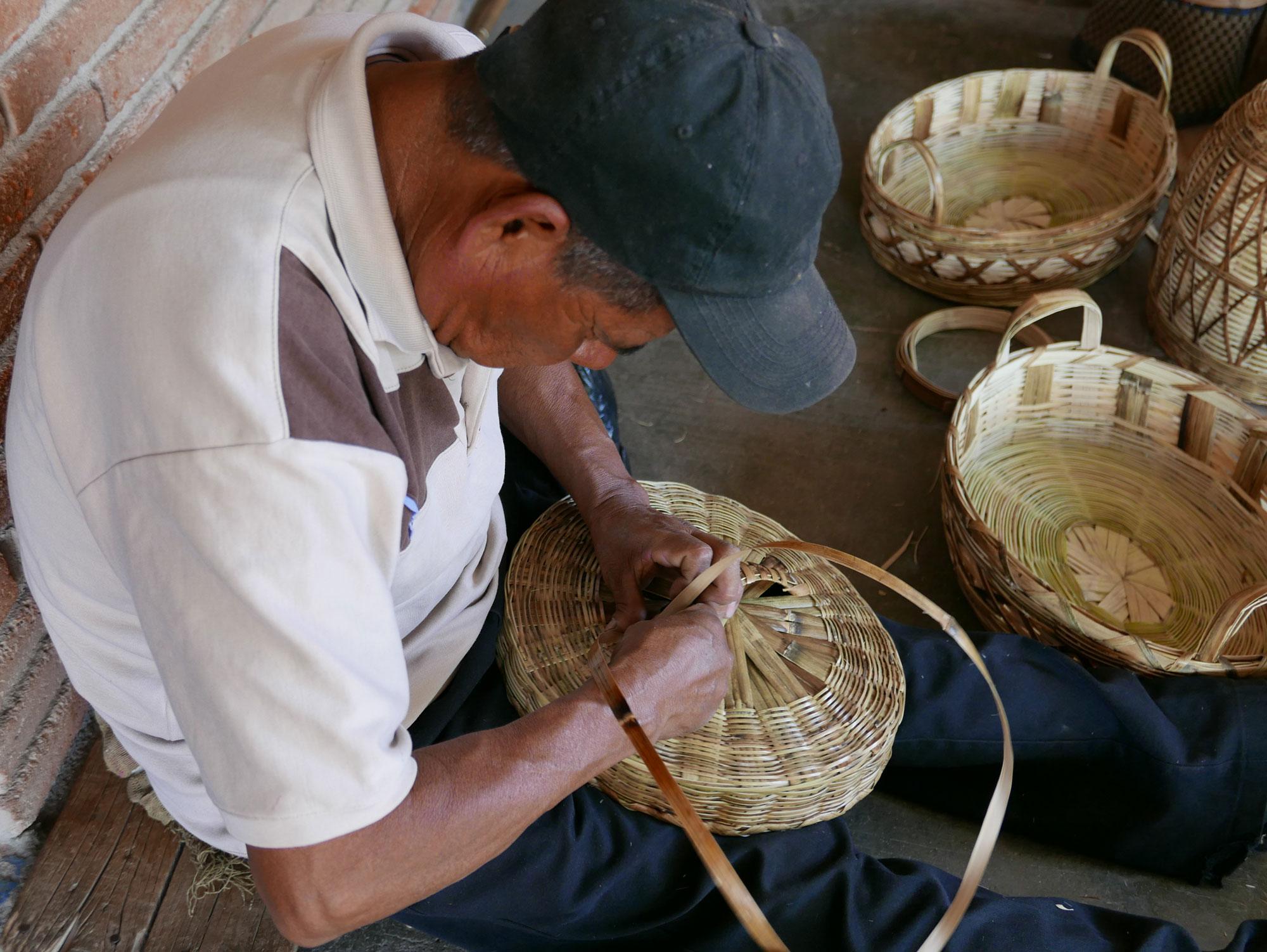 Basket Making using Carrizo Reeds in Oaxaca Mexico - www.nidocollective.com/carrizoweaving #carrizo #canastascarrizo #basketweaving