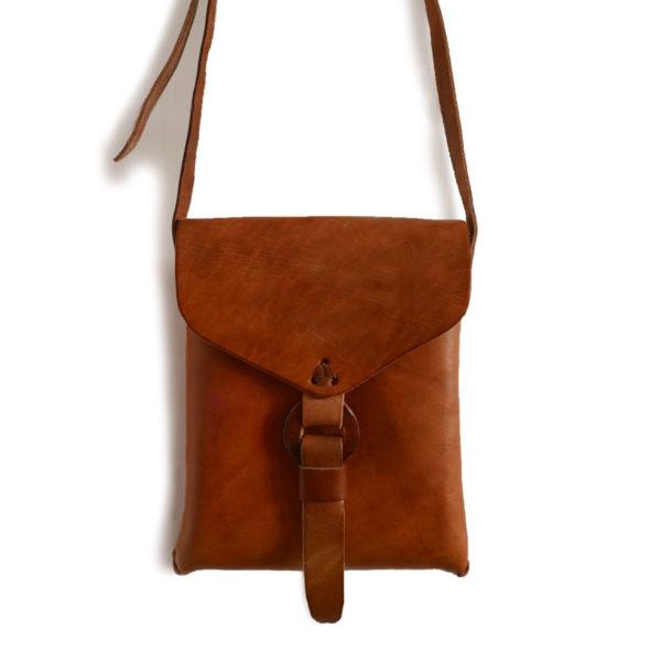 Small Messenger Bag - www.nidocollective.com #leatherenvelope #leathercrossbodybag #smallleathermessengerbag